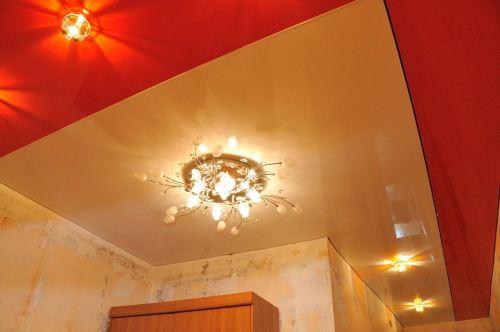 Натяжные потолки с двумя видами основных полотен